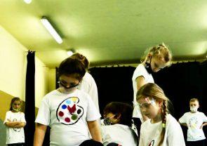Grupa teatralna podczas występu