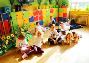 Katosie dzieci podczas zajęć
