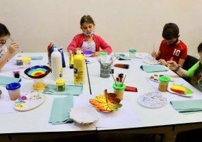 Dzieci podczas zajęć plastycznych